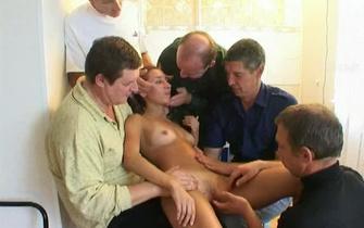 Стройная Черноволосая Девушка Развлекалась С Несколькими Фаллосами И Порно Клизмой Смотреть